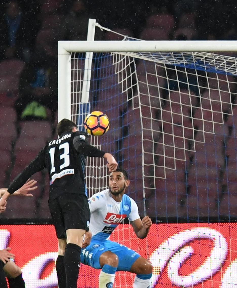 Il gol di Caldara al 27' p.t.. ANSA/CIRO FUSCO