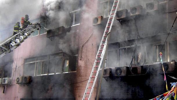 Cina: incendio in hotel, intrappolati
