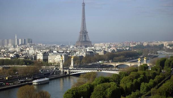 Trump attacca Parigi, Hollande risponde