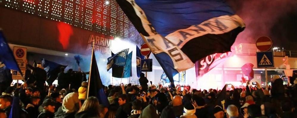 Atalanta, l'entusiasmo dei tifosi a Orio Guarda il video  dell'arrivo dei giocatori