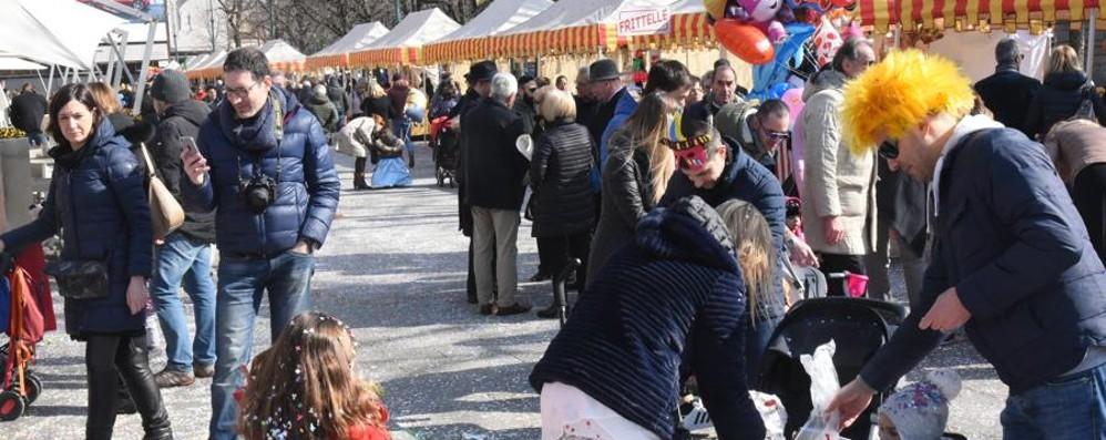 Carnevale, folla sul Sentierone Festa al Sociale - Foto e video