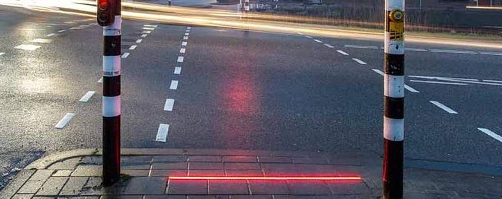 Occhi sempre fissi sullo smartphone In Olanda arrivano i semafori rasoterra