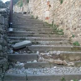 L'incuria «cammina» sulle scalette Città Alta: il degrado sullo Scorlazzone