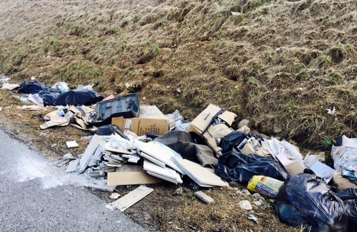 rifiuti a cielo aperto su sp 91 bis fra bolgare e costa di mezzate e bagnatica