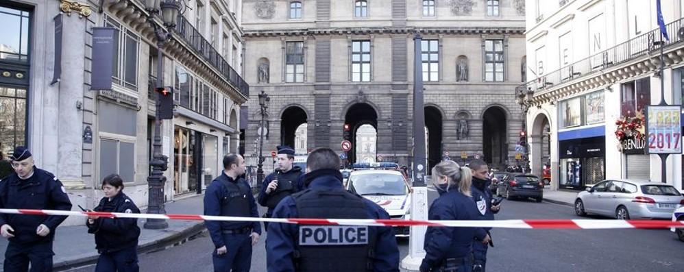 Paura al Louvre, militare spara ad un uomo che lo aggredisce