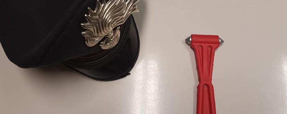 Aggredito con un martello frangivetro Via l'auto a Bergamo, arresto a Ghisalba