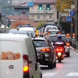 Pontesecco, lavori «light» ad agosto Strada più larga, ma i birilli restano