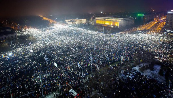Romania: migliaia tornano in piazza