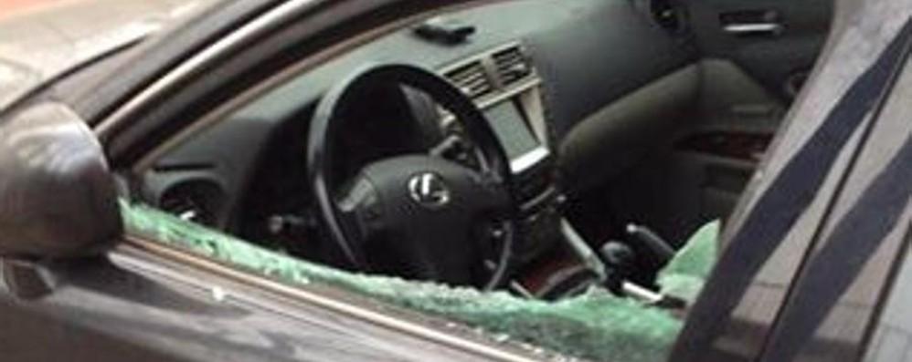 Vandali in azione alla Conca Fiorita Distrutti  i finestrini delle auto in sosta