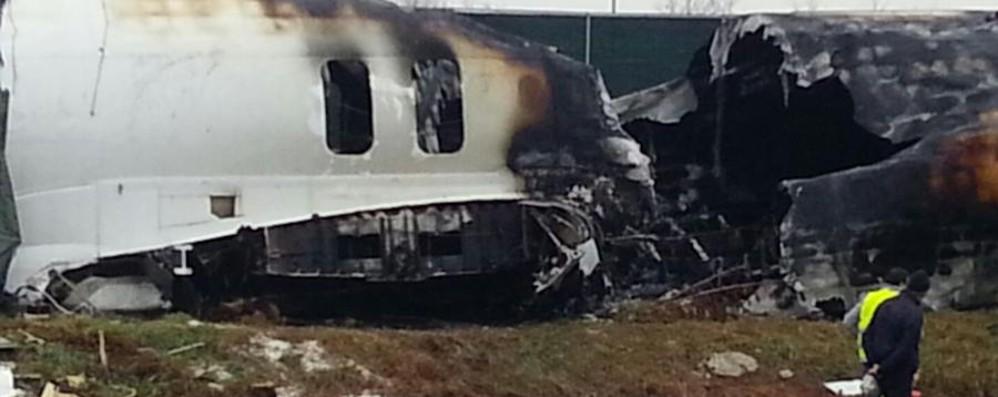 Orio, il cargo fuori pista prende fuoco Vigili del fuoco in azione  - Video live
