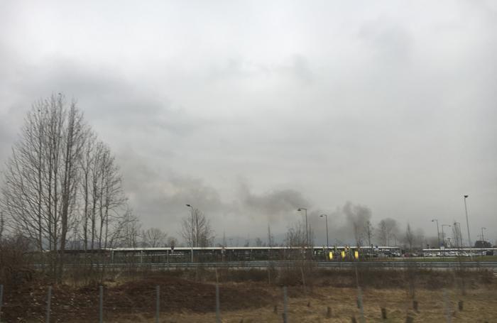 Il fumo nero dal luogo dell'incendio