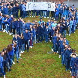 Un nodo blu contro i bulli - Video e foto Le scuole bergamasche in campo