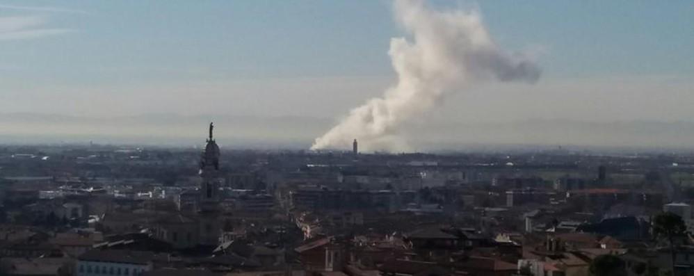Comun Nuovo, incendio in una ditta Nube di fumo visibile fin da Città Alta