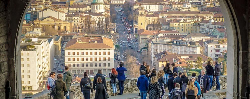 Giornata dal sapore di primavera Folla in centro e in Città Alta -Foto