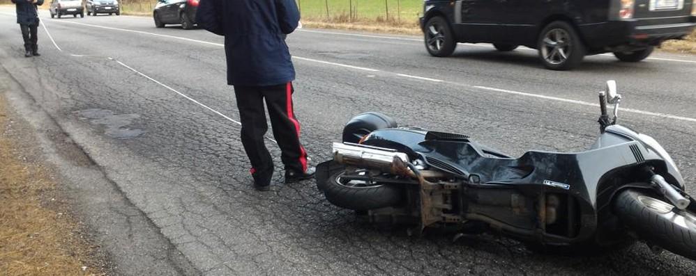 Sbanda con la moto per evitare un cane Brutta caduta per un 58enne a Clusone