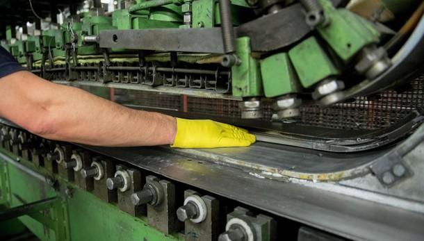 Industria: produzione -2,3% su mese