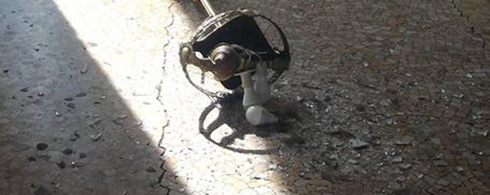Cade un lampadario sul Sentierone Tanta paura, nessun ferito - Ecco le foto