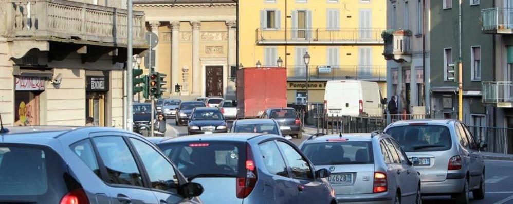 Cede il semiasse di un'auto Seriate, via Italia bloccata