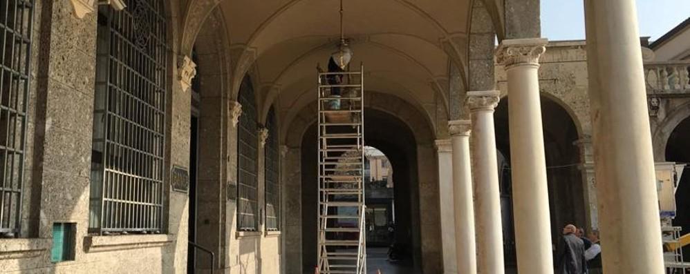 Dopo il crollo, Sentierone sotto esame I tecnici di A2A controllano i lampadari