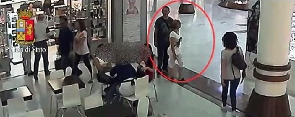 Ecco come agiscono i borseggiatori Video mette in guardia i cittadini