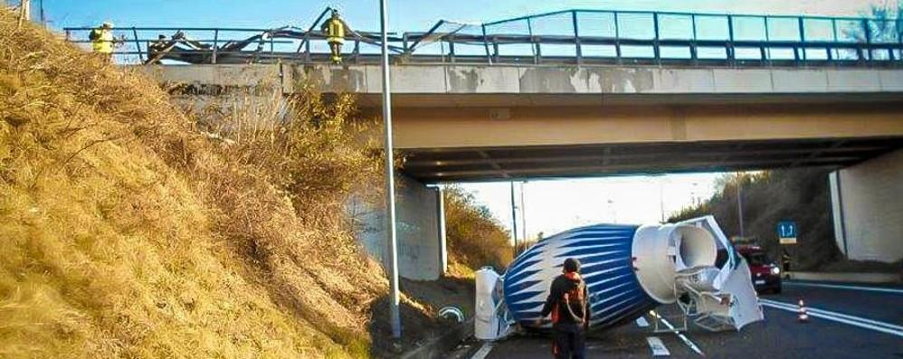 Betoniera cade dal cavalcavia - Foto Tragedia sfiorata a Presezzo -Video
