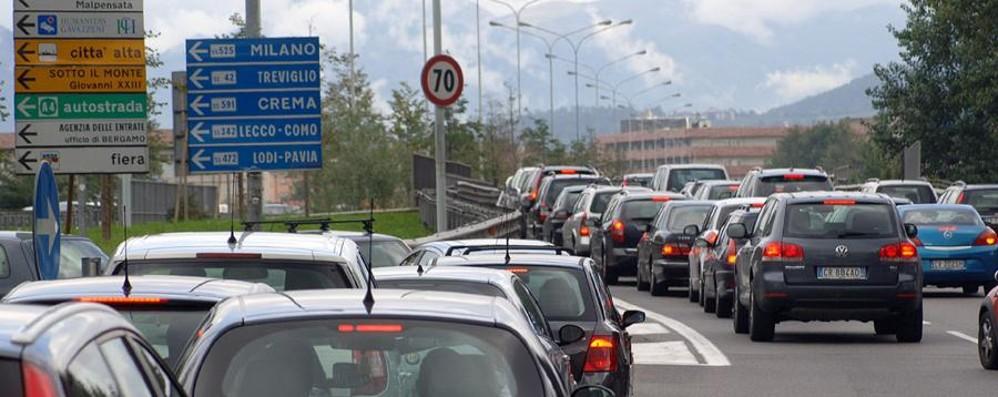 Bergamo, incidente sull'Asse Traffico subito in tilt