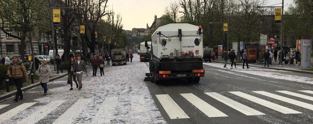 I carri stanno ancora sfilando Foto/Video  in coda i mezzi di Aprica, strade già pulite