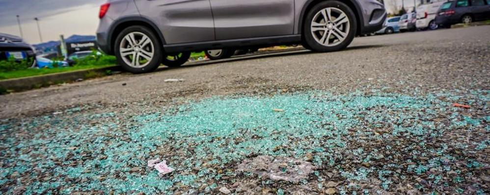 Rifiuti, furti e gomme tagliate -Video Curno, degrado nel parcheggio