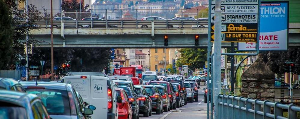 Volete evitare traffico e code? Auto fuori strada a Fontanella