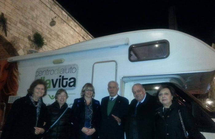 Al centro . Carlo Casini, past president del Movimento per la vita italiano, alla sua destra Anita Gasparrini e a sinistra Filippo Boscia, presidente dei Medici Cattolici