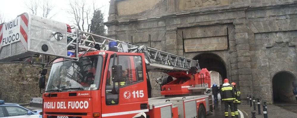 Danni a Porta Sant'Agostino  Patente ritirata e 600 euro di multa