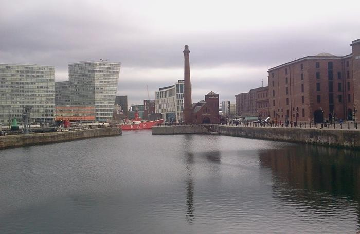 LIVERPOOL - A destra, lo storico Albert Dock, a sinistra il nuovo quartiere commerciale