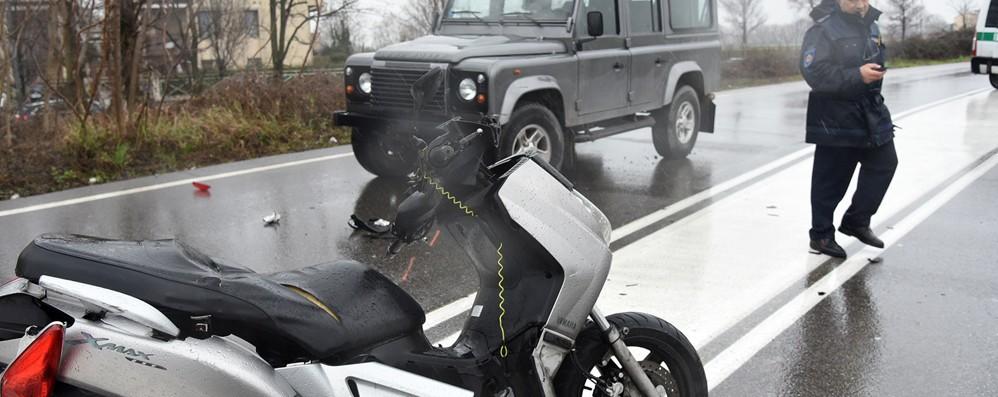Incidente al rondò della fiera di Bergamo Morto il motociclista caduto nello schianto