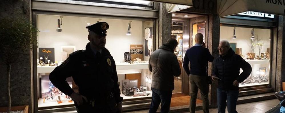 Colpo in gioielleria in via Zambonate Armati rapinano la Monti Decio  - Video