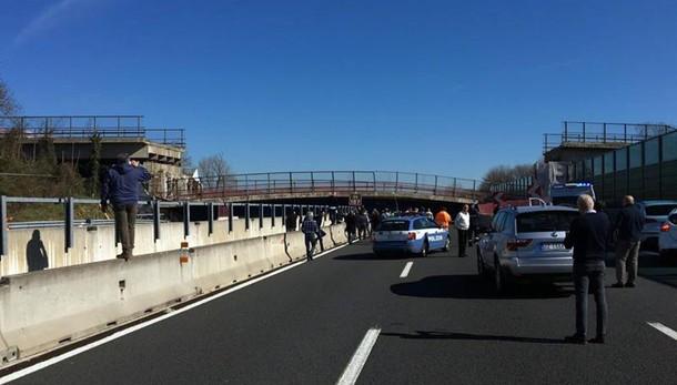 Crolla ponte su A14, 2 morti e feriti