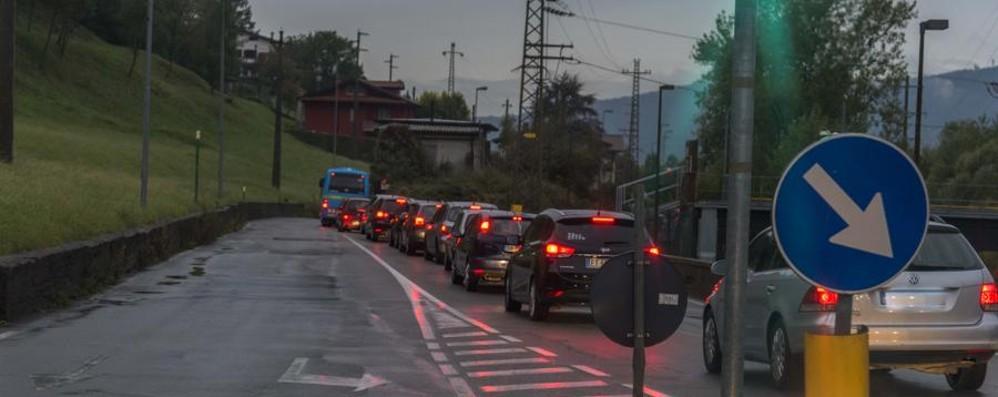 Incidente al rondò delle Valli Traffico intenso in Val Brembana