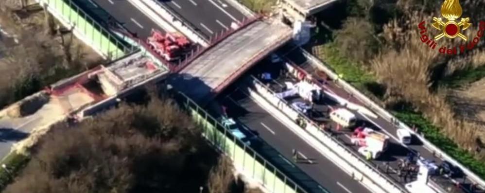 «Quel ponte è crollato davanti a me Sono salvo per qualche secondo» - Video