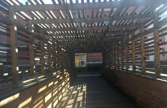 Il ponte che scavalca la linea del tram non lontano da via Borgo Palazzo