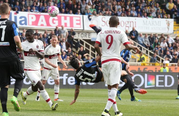 L'attaccante dell'Atalanta Mauricio Pinilla segna il gol del momentaneo 1-1 durante la partita del campionato di serie A Atalanta - Milan allo Stadio Atleti Azzurri d'Italia di Bergamo, 03 aprile 2016. ANSA/PAOLO MAGNI