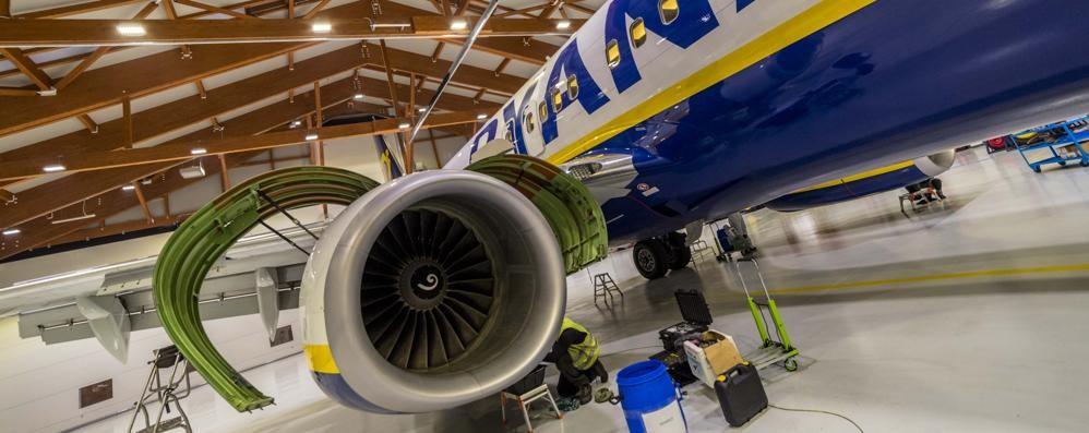 Orio, una notte con Ryanair -Video Ecco come si lavora nell'hangar