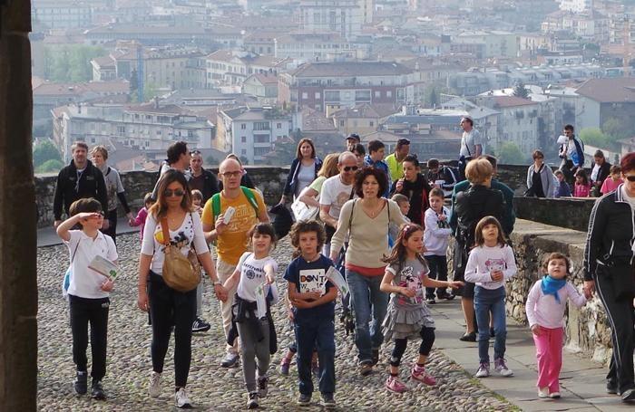 famiglie e bambini alla camminata delle scuole cattoliche promossa dall'Agesc di Bergamo