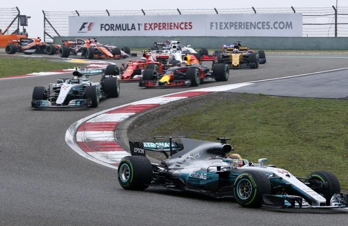 Mercedes driver Lewis Hamilton of Britain (44) leads the field in the first lap of the Chinese Formula One Grand Prix at the Shanghai International Circuit in Shanghai, China, Sunday, April 9, 2017. (ANSA/AP Photo/Toru Takahashi) [CopyrightNotice: Copyright 2017 The Associated Press. All rights reserved.]
