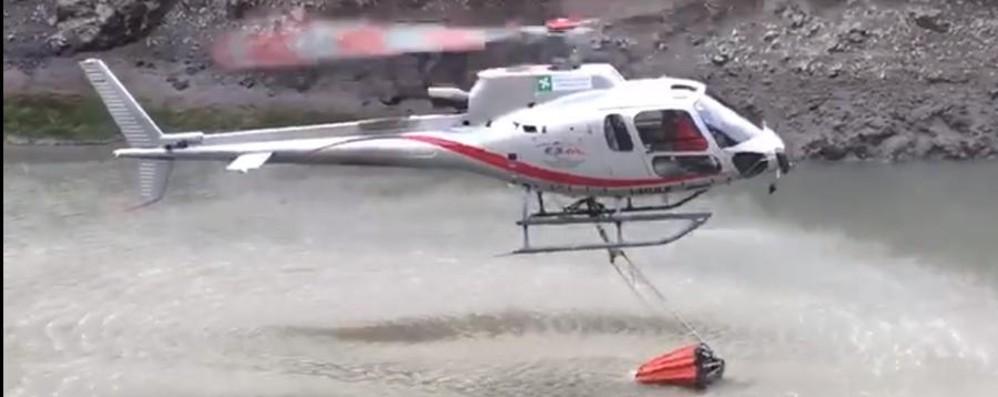 Nuovo incendio in Val Brembana Interviene l'elicottero – Guarda il video