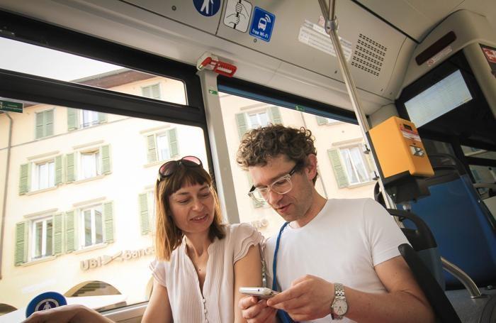 bergamo passeggeri di un autobus navigano su internet con il wifi