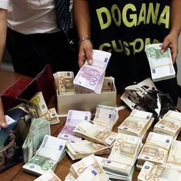 Valuta non dichiarata per 140mila euro  Aeroporto, sequestri per due passeggeri