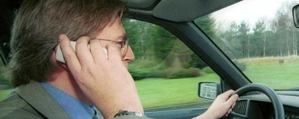 Cellulare senza vivavoce o auricolare? Dal governo la proposta: patente sospesa