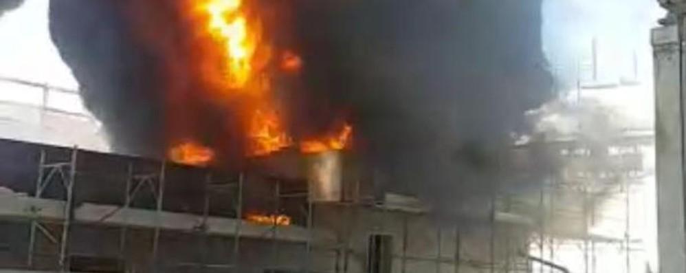 Incendio in un cantiere a Romano - Foto Alte fiamme e fumo:ecco cosa è successo