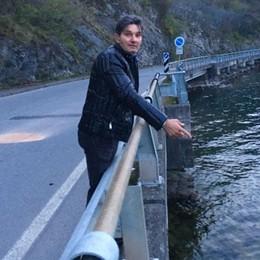 Tavernola, motociclista nel lago Si tuffano per salvarlo: «Non siamo eroi»
