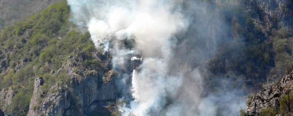 Cancervo, bruciati 100 ettari di boschi Un milione di danni. Strada riaperta-Video