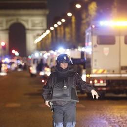 La Francia sospesa tra paura e chiusura